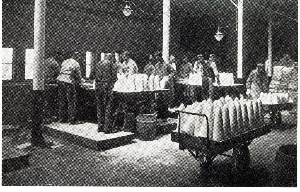 Fábrica de cones de açúcar em 1900, na cidade de Göteborg, na Suécia.